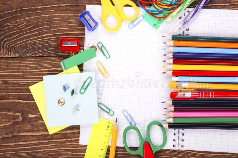 Caderno vazio aberto, quadro de fontes de escola sobre um wo retro fotografia de stock