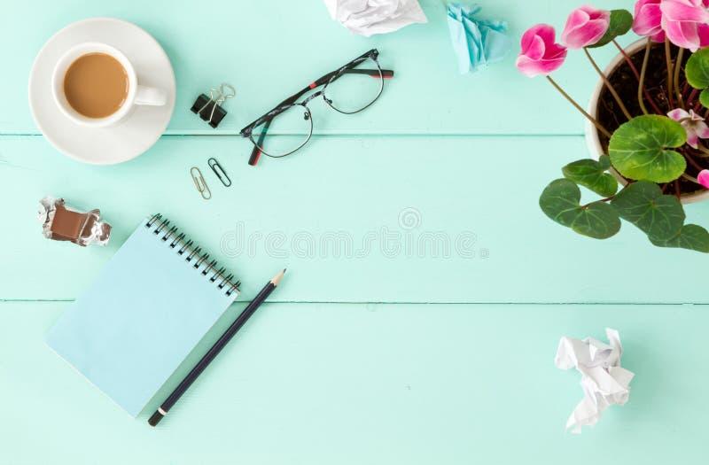 Caderno vazio com flor, vista superior fotos de stock royalty free