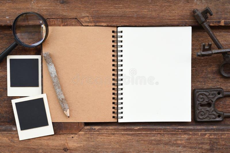 Caderno vazio com lápis, chave e lupa fotos de stock royalty free