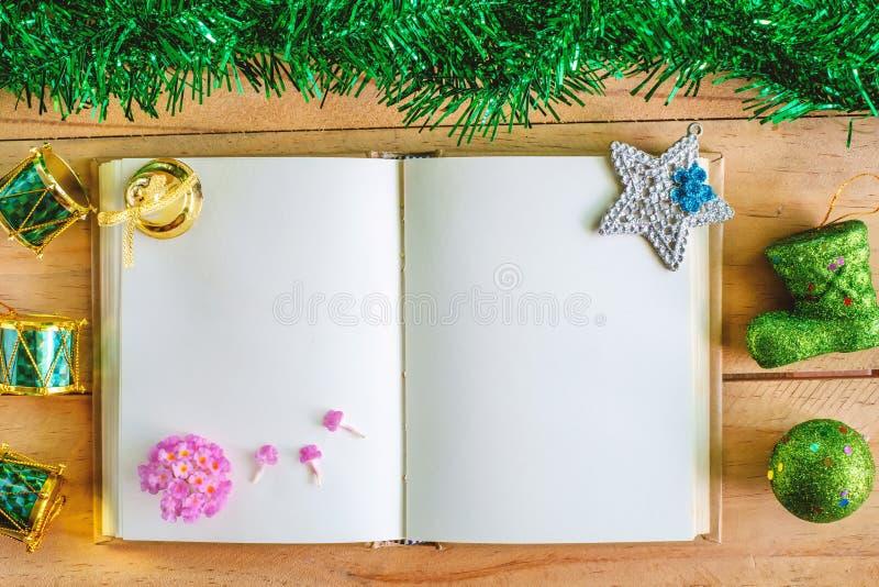 Caderno vazio do diário com os ornamento do Natal e do ano novo e decoração na tabela de madeira, tema da cor verde imagens de stock