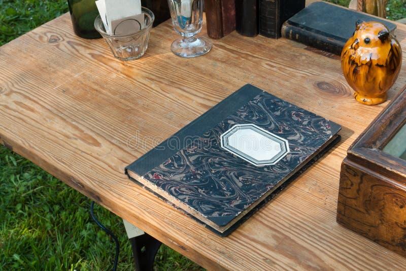 Caderno velho, usado do vintage com etiqueta vazia fotos de stock