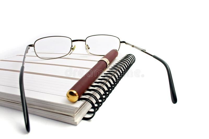 Caderno, vidros e pena imagem de stock royalty free