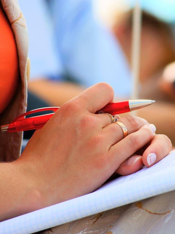 Cadernos e escrita da reunião da conferência do estudante imagem de stock