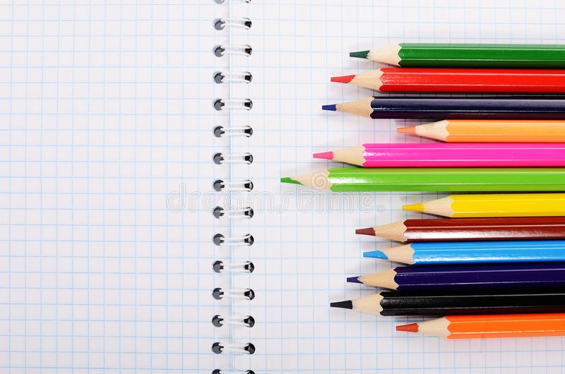 Cadernos e lápis coloridos fotos de stock