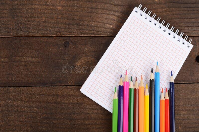 Cadernos e lápis coloridos fotografia de stock royalty free