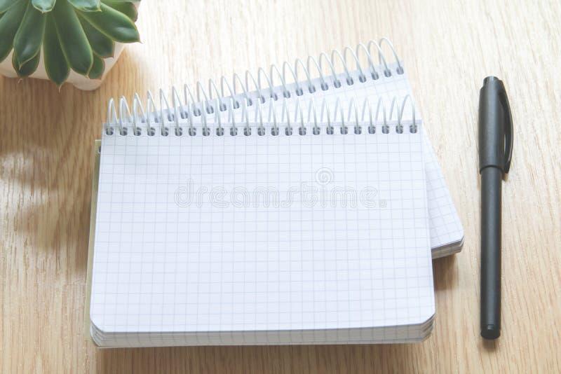 Cadernos e pena em uma tabela de madeira fotos de stock royalty free