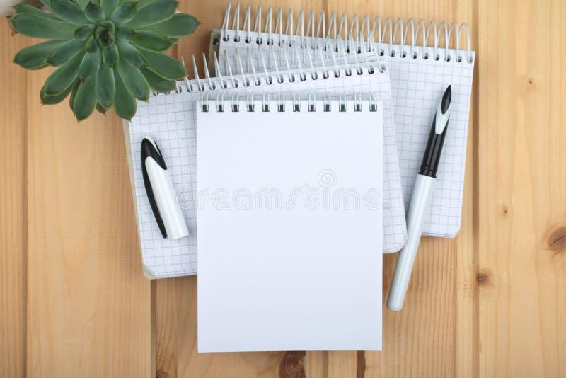 Cadernos em uma pilha na superfície de madeira fotografia de stock royalty free