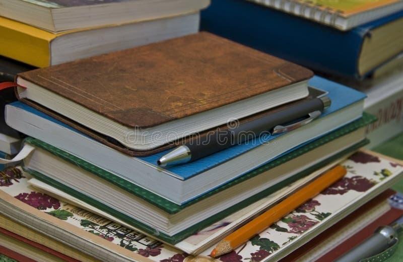 Cadernos, livros e lápis imagens de stock