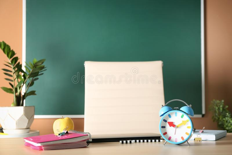 Cadernos, maçã e despertador na tabela imagens de stock