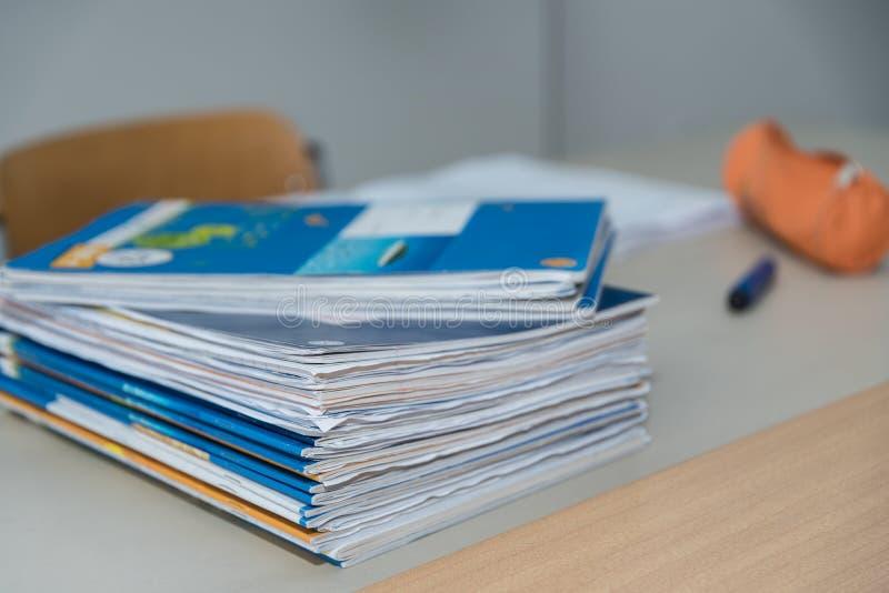 Cadernos na mesa do ` s do professor foto de stock royalty free
