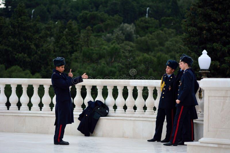 Cadet azerbaïdjanais plaçant de jeunes soldats semblables en avant d'une photo photo libre de droits