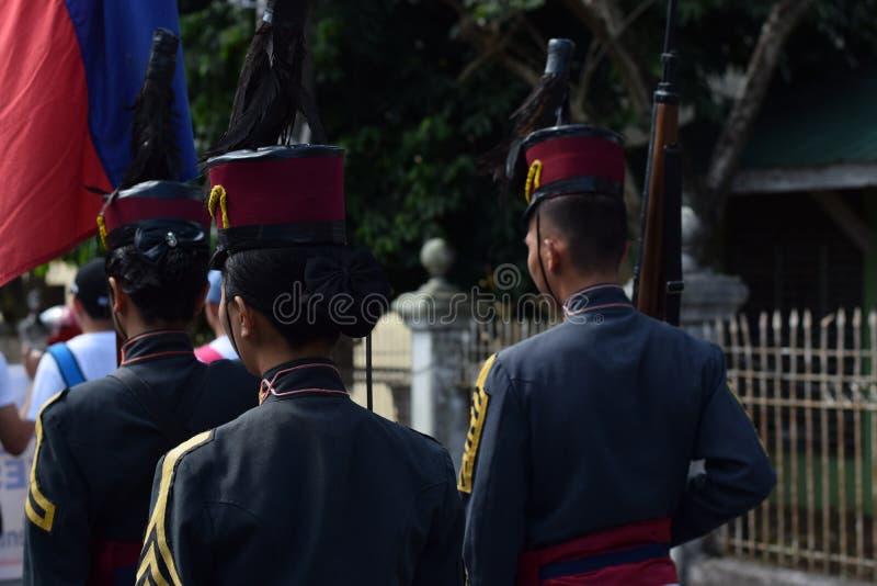 Cadet militaire d'université femelle sur la formation debout image stock
