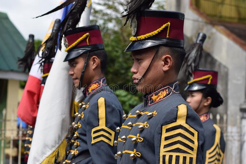 Cadet militaire d'université masculine sur la formation debout photos stock