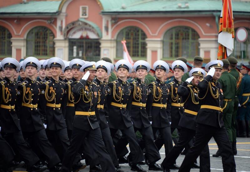 Cadete do corpo militar do cadete naval de Kronstadt durante a parada no quadrado vermelho em honra do dia da vitória imagens de stock royalty free