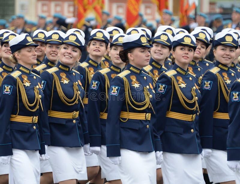 Cadete fêmeas da academia militar da defesa aeroespacial e da academia de espaço militar nomeada após Mozhaisk durante a parada o imagem de stock