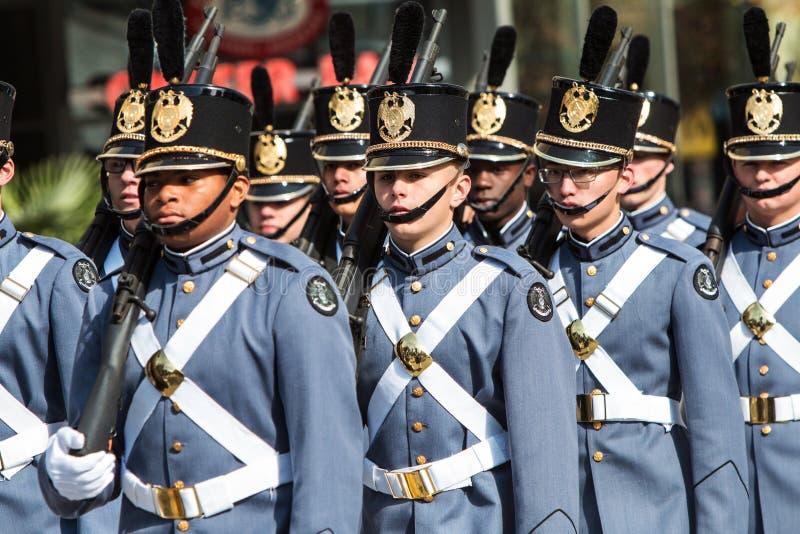 Cadete março da academia militar na formação na parada do dia de veteranos fotos de stock royalty free