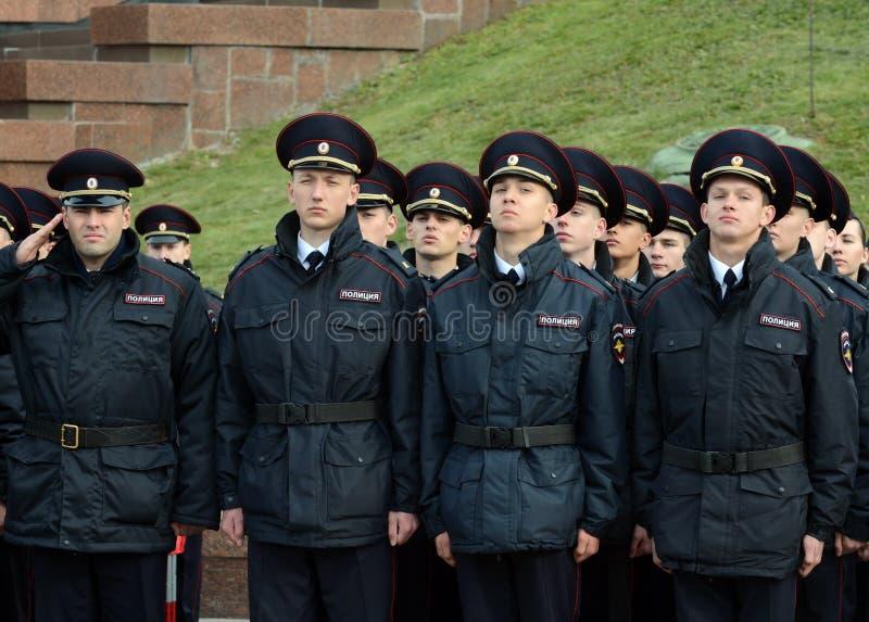 Cadetes de la policía de la universidad de la ley de Moscú del ministerio de asuntos internos de Rusia en el edificio ceremonial fotografía de archivo
