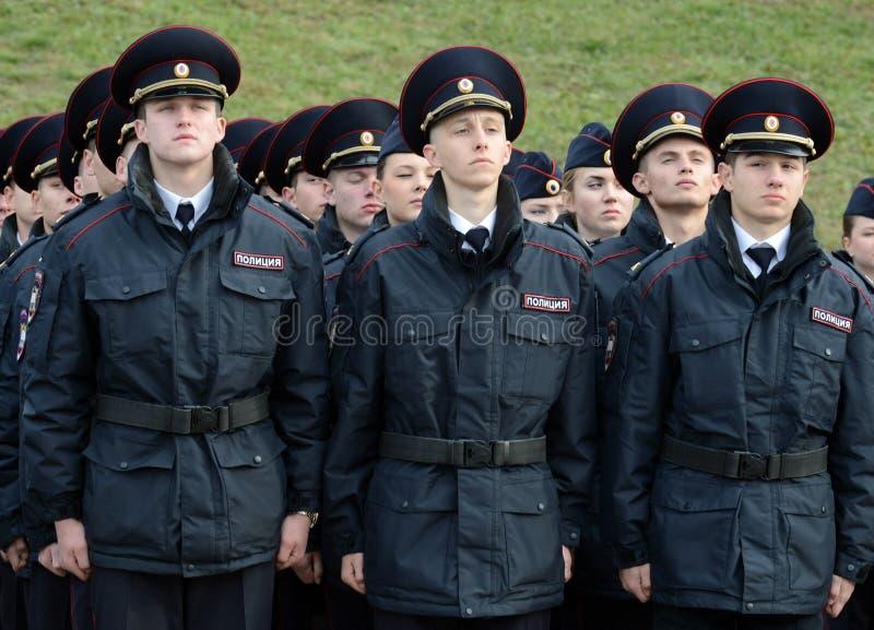 Cadetes de la policía de la universidad de la ley de Moscú del ministerio de asuntos internos de Rusia en el edificio ceremonial imagen de archivo libre de regalías