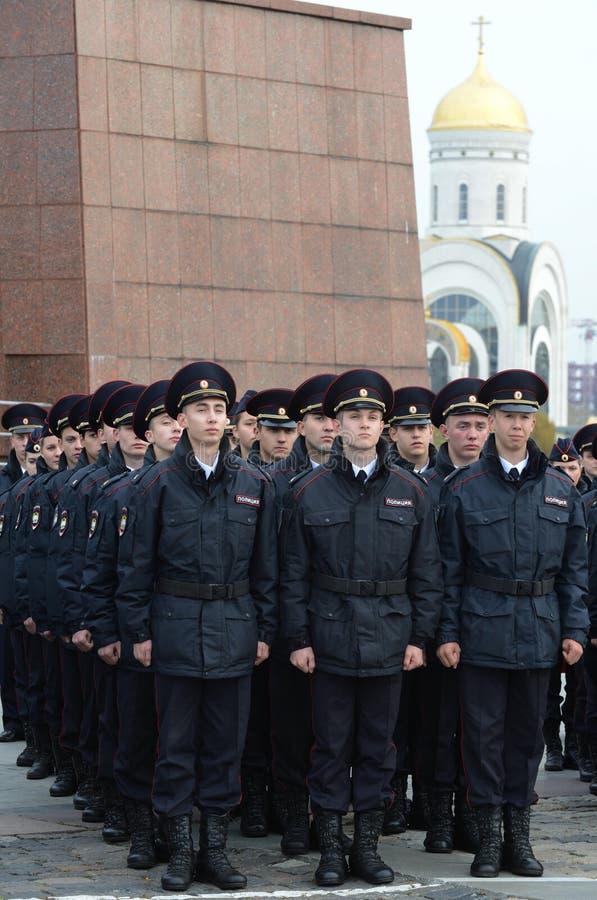 Cadetes de la policía de la universidad de la ley de Moscú del ministerio de asuntos internos de Rusia en el edificio ceremonial fotos de archivo libres de regalías