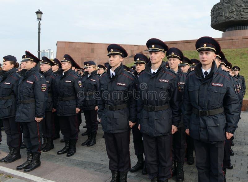 Cadetes de la policía de la universidad de la ley de Moscú del ministerio de asuntos internos de Rusia en el edificio ceremonial foto de archivo libre de regalías