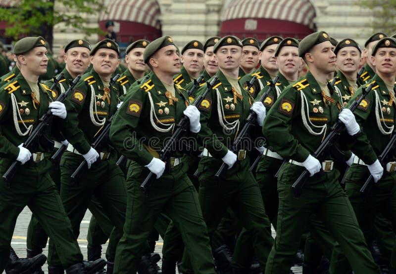 Cadetes de la rama de Serpukhov de la academia militar de las fuerzas estratégicas del misil durante el ensayo general del desfil imagen de archivo libre de regalías