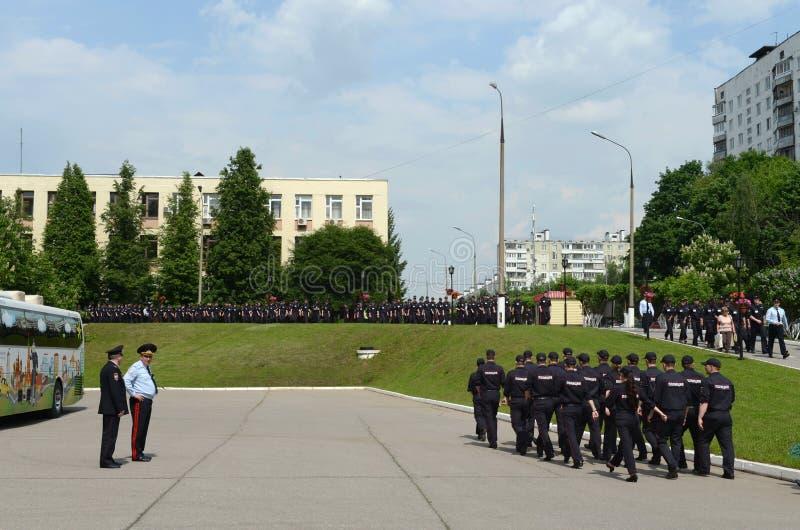 Cadetes en el territorio de la universidad de la ley de Moscú del ministerio de asuntos internos de Rusia imagenes de archivo