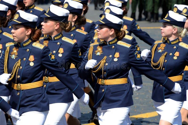Cadetes femininos da Academia Militar de Defesa Aeroespacial da Academia Militar no ensaio de vestimenta do desfile em r fotografia de stock royalty free