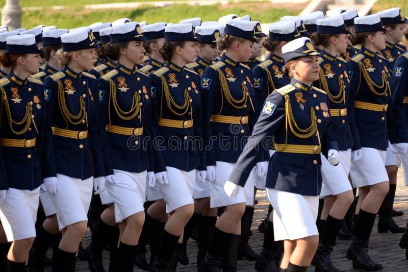 Cadetes femininos da Academia Militar de Defesa Aeroespacial da Academia Militar no ensaio de vestimenta do desfile em r foto de stock royalty free