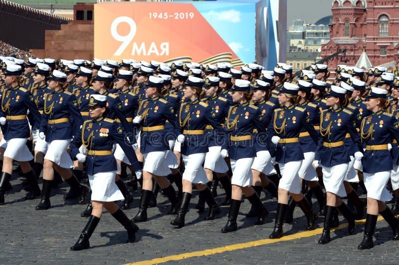 Cadetes femininos da Academia Militar de Defesa Aeroespacial da Academia Militar no ensaio de vestimenta do desfile em r imagem de stock