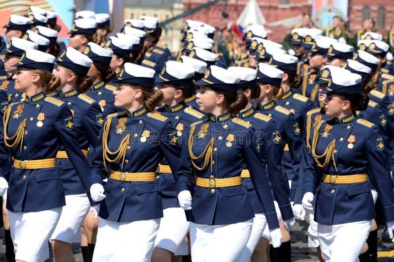 Cadetes femininos da Academia Militar de Defesa Aeroespacial da Academia Militar no ensaio de vestimenta do desfile em r imagem de stock royalty free