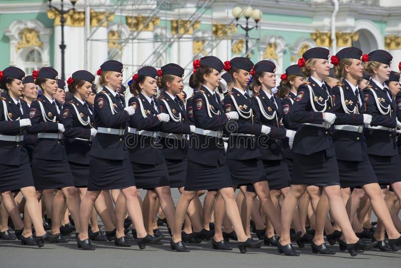Cadets d'école de police marchant sur le ploschadi de palais photos libres de droits