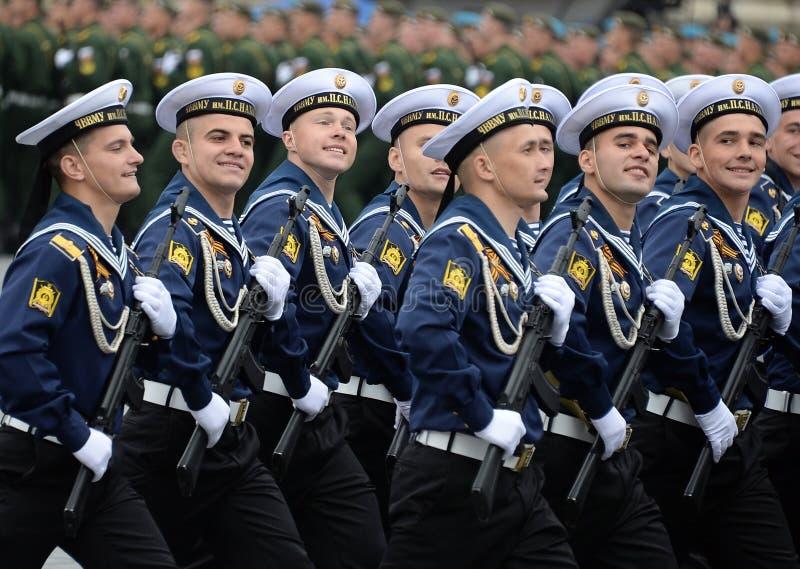 Cadets de l'école navale plus haute de la Mer Noire baptisée du nom d'amiral Nakhimov pendant le défilé sur la place rouge en l'h photos stock