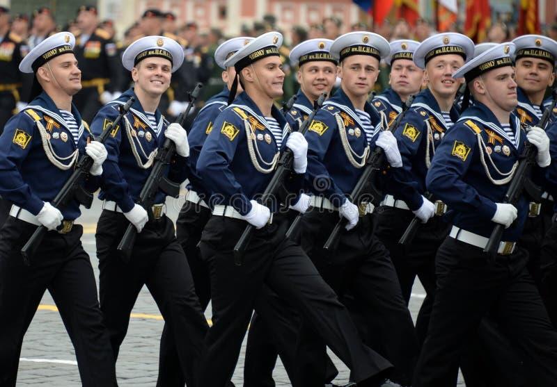 Cadets de l'école navale plus haute de la Mer Noire baptisée du nom d'amiral Nakhimov pendant le défilé sur la place rouge en l'h photos libres de droits