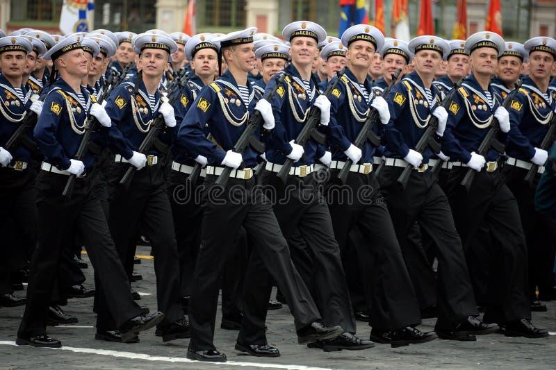 Cadets de l'école navale plus haute de la Mer Noire baptisée du nom d'amiral Nakhimov pendant le défilé sur la place rouge en l'h photo stock