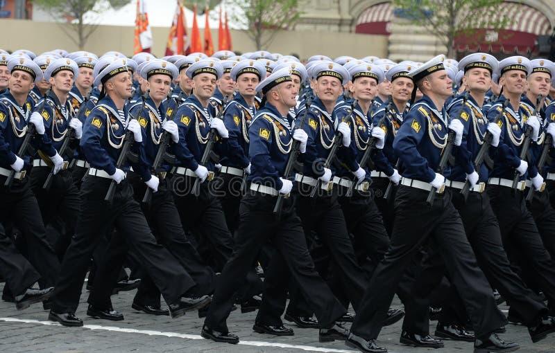 Cadets de l'école navale plus haute de la Mer Noire baptisée du nom d'amiral Nakhimov pendant le défilé sur la place rouge en l'h images libres de droits