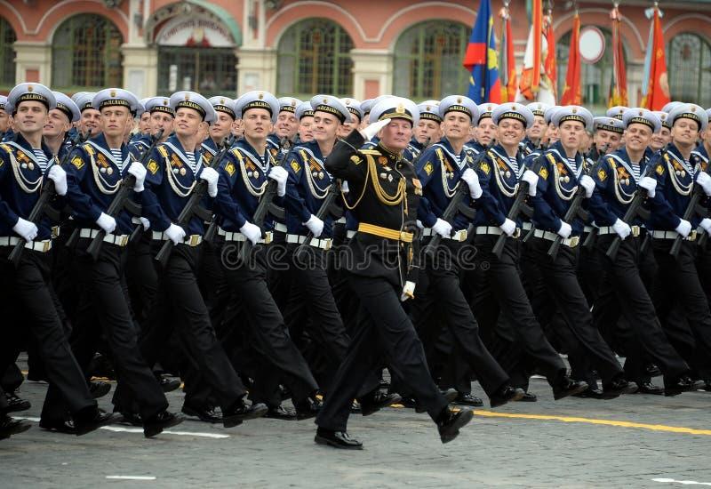 Cadets de l'école navale plus haute de la Mer Noire baptisée du nom d'amiral Nakhimov pendant le défilé sur la place rouge en l'h image stock