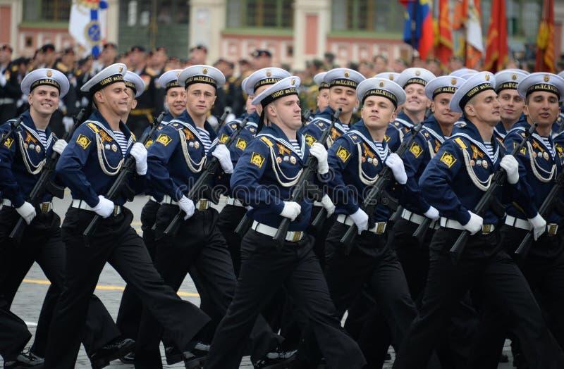 Cadets de l'école navale plus haute de la Mer Noire baptisée du nom d'amiral Nakhimov pendant le défilé sur la place rouge en l'h images stock