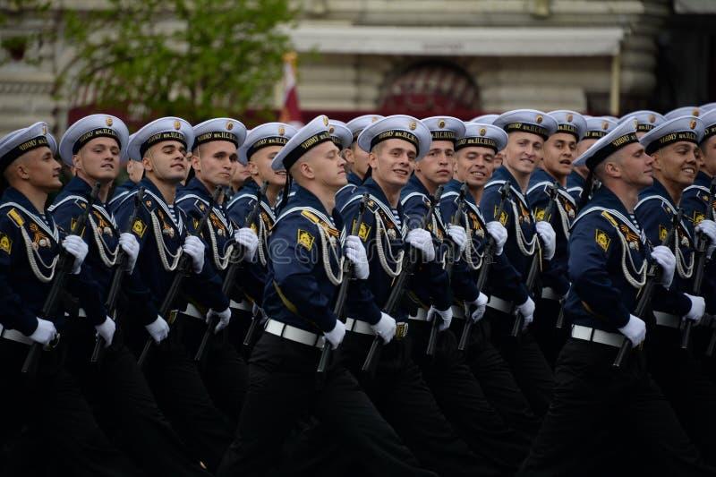Cadets de l'école navale plus haute de la Mer Noire baptisée du nom de Nakhimov pendant la répétition générale pour le défilé sur photographie stock