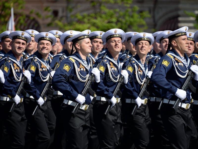 Cadets de l'école navale plus haute de la Mer Noire baptisée du nom de P S Nakhimova pendant le défilé sur la place rouge en l'ho images stock