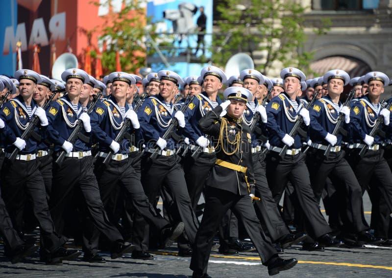 Cadets de l'école navale plus haute de la Mer Noire baptisée du nom de P S Nakhimova pendant le défilé sur la place rouge en l'ho photographie stock