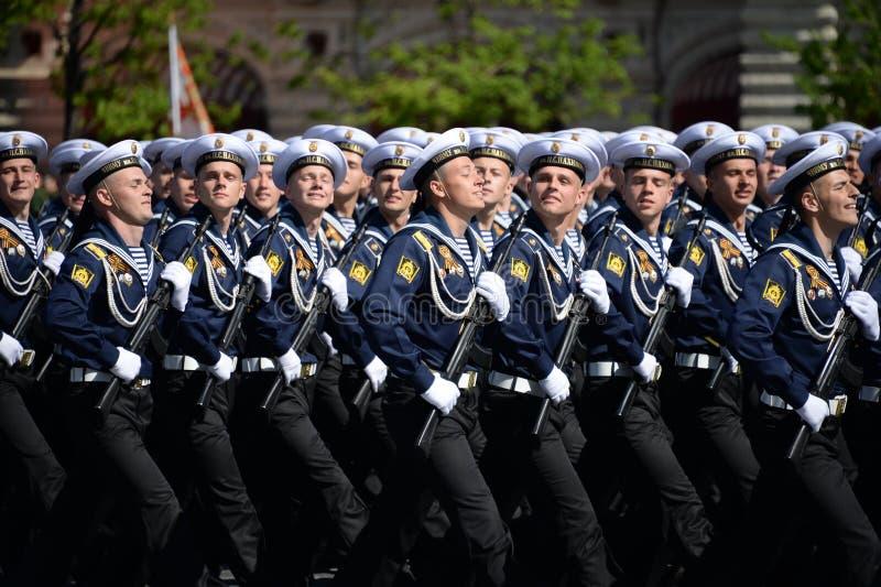 Cadets de l'école navale plus haute de la Mer Noire baptisée du nom de P S Nakhimova pendant le défilé sur la place rouge en l'ho image stock