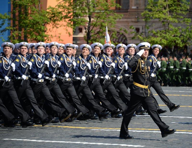 Cadets de l'école navale plus haute de la Mer Noire baptisée du nom de P S Nakhimova pendant le défilé sur la place rouge en l'ho image libre de droits