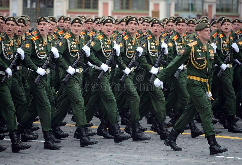 Cadets de l'école plus haute de commandement militaire de Moscou pendant un défilé sur la place rouge en l'honneur de Victory Day photographie stock