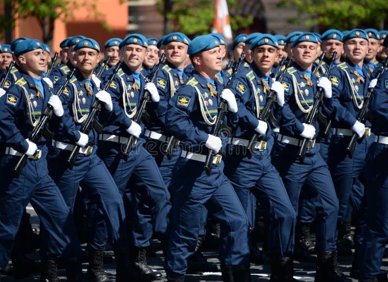 Cadets de l'académie d'Armée de l'Air pendant le défilé sur la place rouge en l'honneur de Victory Day images libres de droits