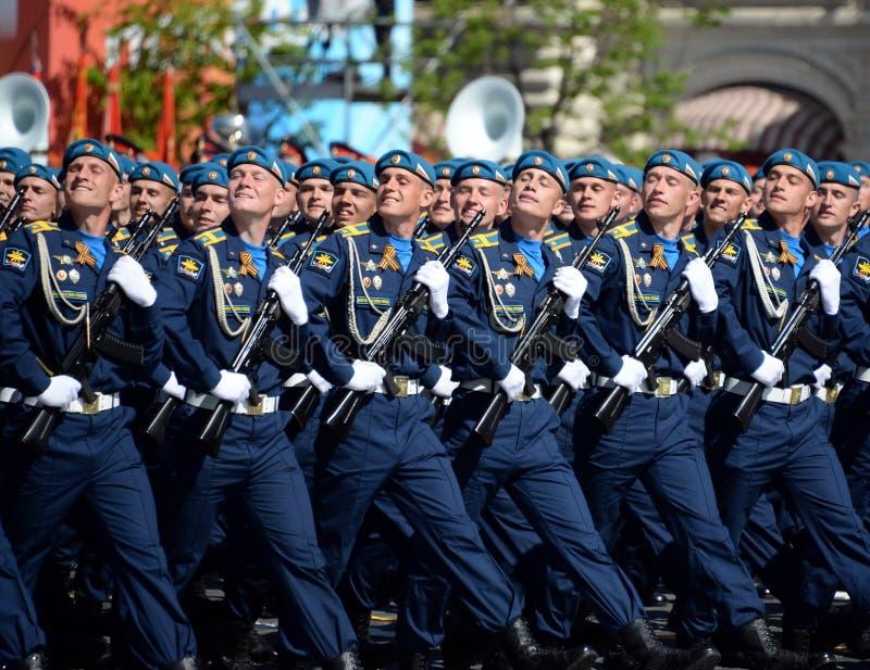 Cadets de l'académie d'Armée de l'Air pendant le défilé sur la place rouge en l'honneur de Victory Day photo stock