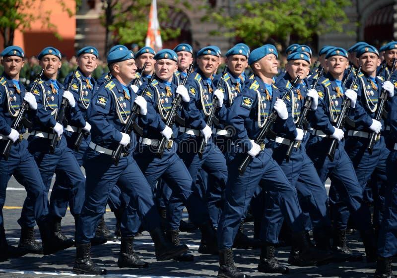 Cadets de l'académie d'Armée de l'Air pendant le défilé sur la place rouge en l'honneur de Victory Day photos stock