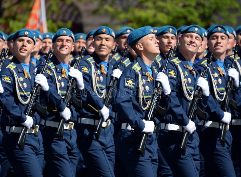 Cadets de l'académie d'Armée de l'Air pendant le défilé sur la place rouge en l'honneur de Victory Day image libre de droits