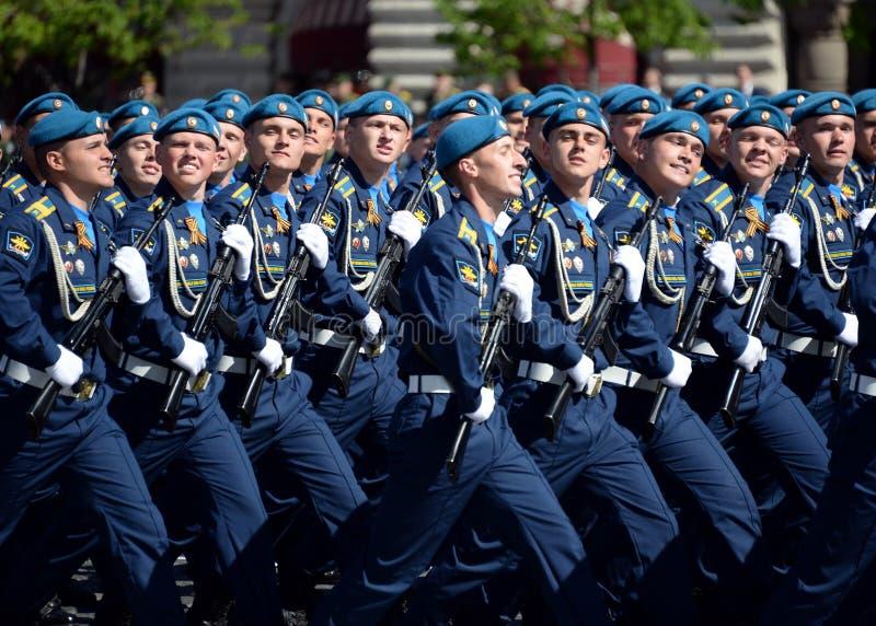Cadets de l'académie d'Armée de l'Air pendant le défilé sur la place rouge en l'honneur de Victory Day photos libres de droits