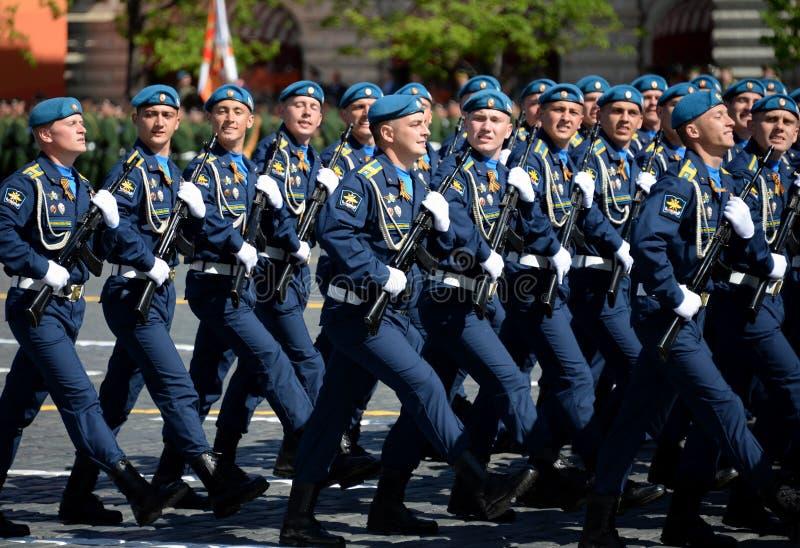 Cadets de l'académie d'Armée de l'Air pendant le défilé sur la place rouge en l'honneur de Victory Day photographie stock