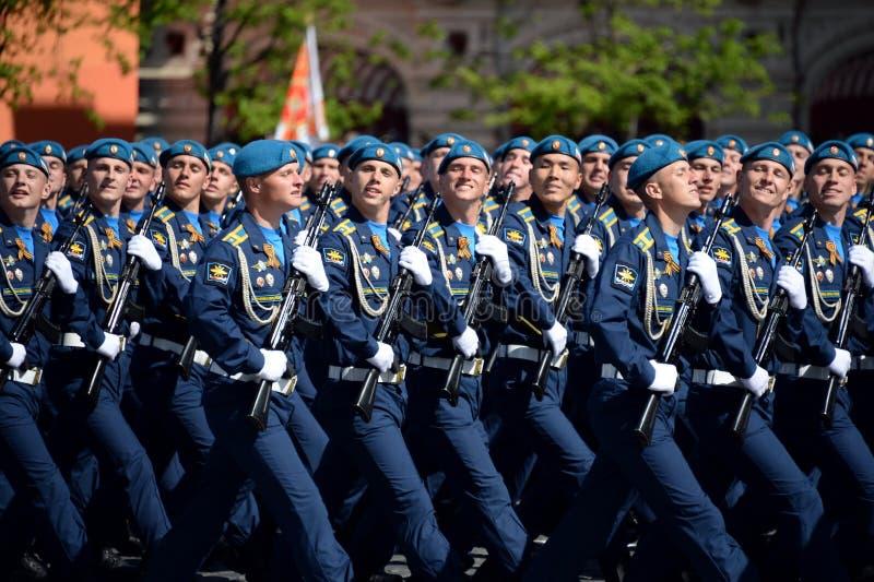 Cadets de l'académie d'Armée de l'Air pendant le défilé sur la place rouge en l'honneur de Victory Day photo libre de droits